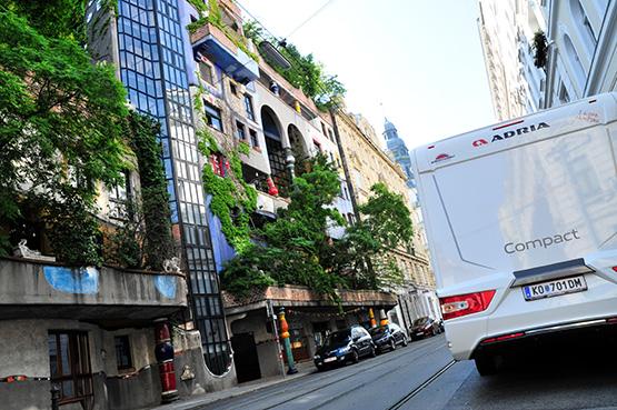 Wohnmobil vor Hundertwasserhaus in Wien